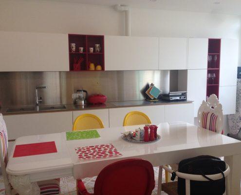 Arredatore interni zona giorno di un appartamento Mosca - cucine Varenna - Artex Design CR-S Varenna - sgabelli modello ICS Design Rodrigo Torres di Poliform